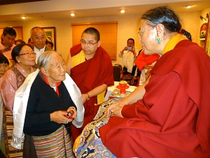 8-Members of Tibetan Community Greet HH